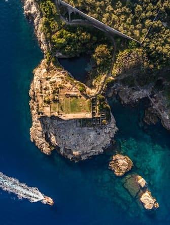 Una veduta dall'alto di uno scorcio della Costiera Sorrentina