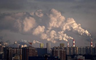 epa08013495 Smoke rises from chimneys of the gas boiler houses as the temperature dropped to minus 7 degrees Celsius in Moscow, Russia, 21 November 2019. Spanish Madrid will host the COP25 World Climate Change Conference from 02 to 13 December replacing Chile.  EPA/MAXIM SHIPENKOV