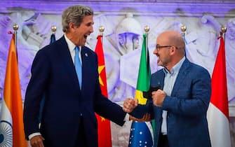 L'inviato per il clima del presidente Usa, John Kerry (S), e il ministro della Transizione ecologica Roberto Cingolani, Napoli, 23 Luglio 2021.  ANSA/CESARE ABBATE