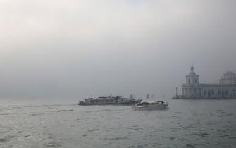 Terzo giorno di nebbia fitta a Venezia, mentre nella terraferma il sole risplende, nell'isola lagunare la nebbia imperversa per tutto il giorno causando problemi alla navigazione e allo smog.
