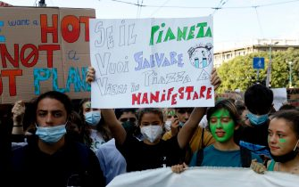 Giovani con striscioni durante la manifestazione Fridays for future a Milano
