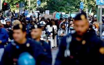 Poliziotti alla manifestazione Fridays for future a Milano