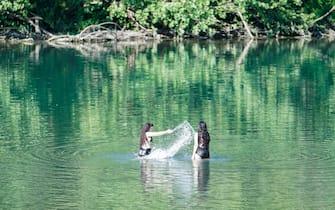 I più temerari fanno il bagno nelle acque del Po. Torino, 8 agosto 2021 ANSA/JESSICA PASQUALON