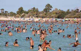 Italian families sunbathe on August 17, 2017 in San Vito Lo Capo, northern Sicily (Photo by ludovic MARIN / AFP)        (Photo credit should read LUDOVIC MARIN/AFP via Getty Images)
