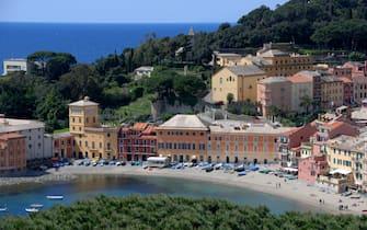 Sestri Lavante, Altstadt, Fischerhafen im Golfo Tigullio,  Badebucht von oben, in Halbinsel Portobello, Ligurien, Riviera-Levante, Provinz Genua, Italien,  4060016D312