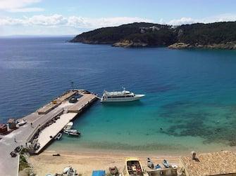 L'attracco sull' isola di San Nicola visto dall'alto, di fronte l'isola di San Domino. Isole Tremiti