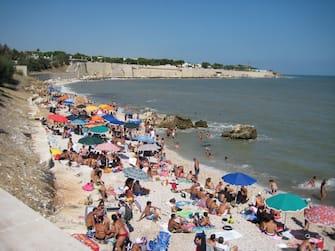 Bagnanti e ombrelloni colorati sulla spiaggia nella zona di Bisceglie, Puglia