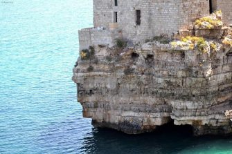 Una veduta di Polignano a Mare, tra acqua e rocce, in Puglia