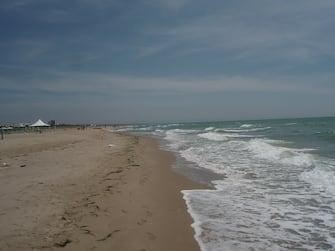 La spiaggia, con le onde sulla sabbia di Marina di Ginosa, in Puglia
