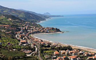 La spiaggia siciliana di Tusa, in provincia di Messina, che quest'anno ha conquistato la Bandiera Bliu. Immagine tratta da Wikipedia.    ANSA/ WIKIPEDIA     ++++ ANSA PROVIDES ACCESS TO THIS HANDOUT PHOTO TO BE USED SOLELY TO ILLUSTRATE NEWS REPORTING OR COMMENTARY ON THE FACTS OR EVENTS DEPICTED IN THIS IMAGE. NO SALE, NO ARCHIVING, NO LICENSING ++++