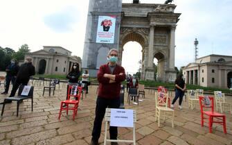 Protesta delle sedie vuote dei gestori di locali e commercianti presso l'Arco della Pace , Milano, 06 maggio 2020. ANSA/PAOLO SALMOIRAGO