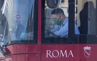 Bus driver with Covid-19 mask (Photo by Matteo Nardone/Pacific Press/Sipa USA) (Matteo Nardone / IPA/Fotogramma, Roma - 2020-05-04) p.s. la foto e' utilizzabile nel rispetto del contesto in cui e' stata scattata, e senza intento diffamatorio del decoro delle persone rappresentate