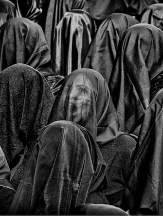 Canosa di Puglia. Donne velate di nero intonano l'inno alla Madre Dolorosa durante la processione detta della Desolata. Ph. Mario Laporta/KONTROLAB
