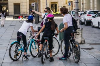Selfie per mamme e figlie in bicicletta a piazza Castello, Torino, 07 maggio 2020 ANSA/TINO ROMANO