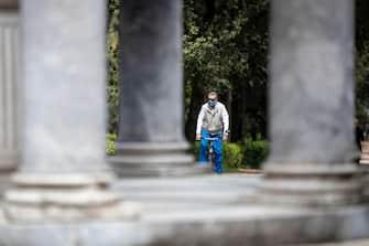 Un uomo con la bicicletta a Villa Borghese nella fase 2 del ritorno alla normalità  a Roma, 4 maggio 2020. ANSA/MASSIMO PERCOSSI