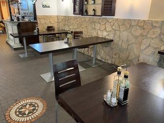 A Bolzano ristoranti pronti ad accogliere i primi clienti. Distanza minima di due metri tra i tavoli, 11 maggio 2020. ANSA