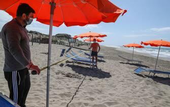 Capocotta - simulazione apertura spiagge con regole di prevenzione per il Covid 19. Spiaggia Libera attrezzata Mediterranea. Distanza di cinque metri tra un ombrellone e l'altro