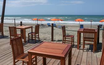 Capocotta - simulazione apertura spiagge con regole di prevenzione per il Covid 19. Spiaggia Libera attrezzata Mediterranea. In foto il distanziamento dei tavoli l'uno dall'altro