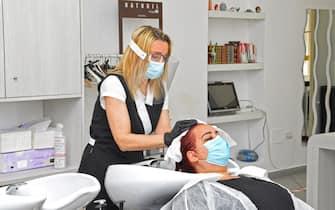 Esercitazione presso attività di parrucchieria ed estetista in previsione di una ripartenza. Presenti Ceriscioli e Bora.
