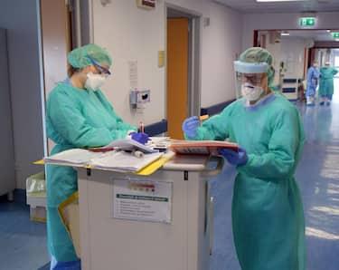 Medici e infermieri al lavoro nel reparto di riabilitazione polmonare per pazienti Covid 19 all'ospedale Zappatoni di Cassano d'Adda, 27 Marzo 2020. Ansa/Andrea Canali