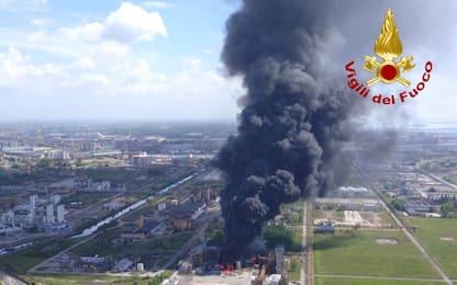 Incendio Marghera, fumo visibile da chilometri di distanza. VIDEO