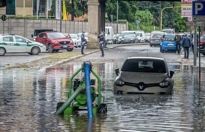 Maltempo a Milano, esonda il Seveso: strade allagate. FOTO