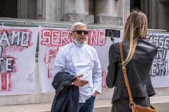 Milano, Fase 2, Emergenza Coronavirus - Flash Mob ristoratori davanti alla Stazione Centrale. (Francesco Bozzo/Fotogramma, Milano - 2020-05-16) p.s. la foto e' utilizzabile nel rispetto del contesto in cui e' stata scattata, e senza intento diffamatorio del decoro delle persone rappresentate