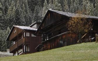 I tetti di due case di montagna innevati dalla neve scesa a Sappada nelle Dolomiti, 16 ottobre 2012. ANSA/ANDREA SOLERO