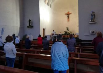 A Bolzano prima messa con fedeli nella chiesa don Bosco. Celebra il parroco don Giampaolo Zuliani. ANSA
