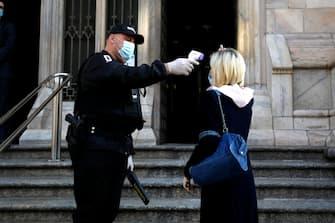 Controlli della temperatura per la celebrazione della prima messa in Duomo durante la fase 2 dell'emergenza Coronavirus a Milano, 18 maggio 2020.ANSA/Mourad Balti Touati