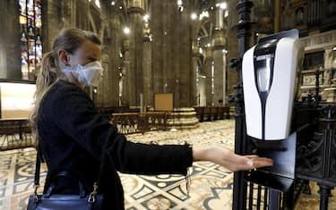 Sanificazione delle mani per la prima messa in Duomo durante la fase 2 dell'emergenza Coronavirus a Milano, 18 maggio 2020.ANSA/Mourad Balti Touati