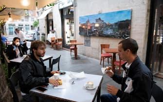 Prima colazione seduti per il clienti del bar Stendhal di Roma, allÕapertura, il giorno della fine del lockdown per lÕemergenza Coronavirus, 18 maggio 2020. ANSA/CLAUDIO PERI