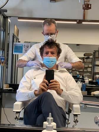 Il sindaco di Bergamo, Giorgio Gori, dal barbiere nel giorno della riapertura delle attività commerciali, 18 maggio 2020. +++FACEBOOK/GIORGIO GORI ++ NO SALES, EDITORIAL USE ONLY +++