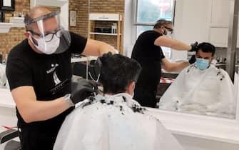 Sindaco di Bari Antonio Decaro dal barbiere