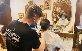 fase 2 politici e personaggi parrucchiere barbiere