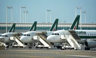 Alcuni aerei della compagnia Alitalia in sosta all'aeroporto Leonardo Da Vinci di Fiumicino. Secondo fonti la newco parte con 25-30 aerei.