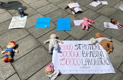 Coronavirus, flash mob asili privati a Milano e in altre 6 città