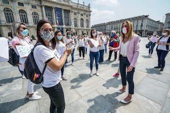 Un momento della protesta delle dipendenti e delle lavoratrici degli asili nido privati all'esterno della Regione Piemonte in Piazza Castello, Torino 21 maggio 2020 ANSA/TINO ROMANO