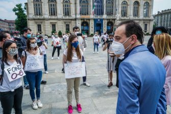 Il presidente della Regione Piemonte Alberto durante la protesta in Piazza Castello delle  dipendenti e lavoratrici degli asili nido, Torino, 21 maggio 2020. ANSA/TINO ROMANO