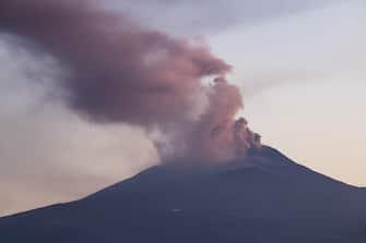 Etna il cratere di sud est si sveglia fumante (Angela Platania/Fotogramma, CATANIA - 2020-05-22) p.s. la foto e' utilizzabile nel rispetto del contesto in cui e' stata scattata, e senza intento diffamatorio del decoro delle persone rappresentate