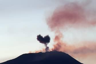 Catania. Il nostro vulcano Etna, in questi giorni in piena attivita, con i  due crateri sud est e voragine, si sbizarrisce a creare immagini con i suoi sbuffi irruenti. In questo caso, il cuore. (Angela Platania/Fotogramma, Catania - 2020-05-08) p.s. la foto e' utilizzabile nel rispetto del contesto in cui e' stata scattata, e senza intento diffamatorio del decoro delle persone rappresentate