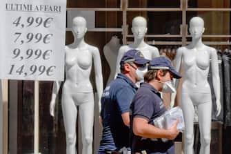 Manichini in una vetrina di un negozio di abbigliamento a Napoli, 8 maggio 2020. La Conferenza delle Regioni, presieduta da Stefano Bonaccini, ha stabilito, nella riunione del 7 maggio, di posticipare i saldi estivi al primo agosto 2020. ANSA / CIRO FUSCO
