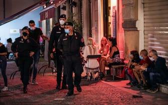 Coronavirus Covid 19 fase 2. I carabinieri vigilano sulla movida del quartiere Quadrilatero. Torino 23 maggio 2020 ANSA/TINO ROMANO
