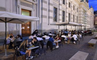 Persone nei dehor dei locali della movida nel primo giorno di riapertura, Torino, 23 Maggio 2020 ANSA/ ALESSANDRO DI MARCO