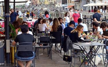 Milano, fase 2 coronavirus, Naviglio Grande movida (Maurizio Maule/Fotogramma, Milano - 2020-05-23) p.s. la foto e' utilizzabile nel rispetto del contesto in cui e' stata scattata, e senza intento diffamatorio del decoro delle persone rappresentate