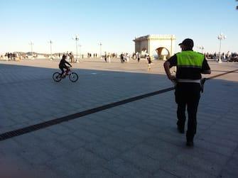 Controlli della Polizia Municipale sulle spiagge nella prima domenica dopo il lockdown, Cagliari, 24 maggio 2020. ANSA