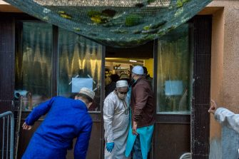 Milano. Comunità musulmana  celebra la Fine del Ramadan per l'Islam in Via Giacomo Carissimi (Carlo Cozzoli/Fotogramma, Milano - 2020-05-24) p.s. la foto e' utilizzabile nel rispetto del contesto in cui e' stata scattata, e senza intento diffamatorio del decoro delle persone rappresentate