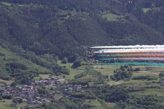 Il passaggio delle Frecce Tricolori ad Aosta, 25 maggio 2020. ANSA