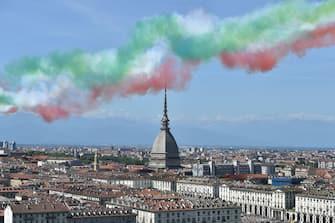 Frecce tricolori viste dal Monte dei Cappuccini mentre sorvolano la città, Torino, 25 maggio 2020. ANSA/ALESSANDRO DI MARCO