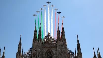 Le Frecce Tricolori colorano il cielo di Milano. LE FOTO